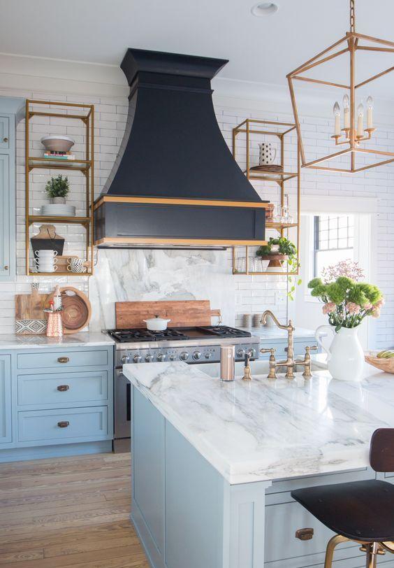 I piani in pietra bianca ispirati al marmo danno una sensazione luminosa e ariosa alla cucina