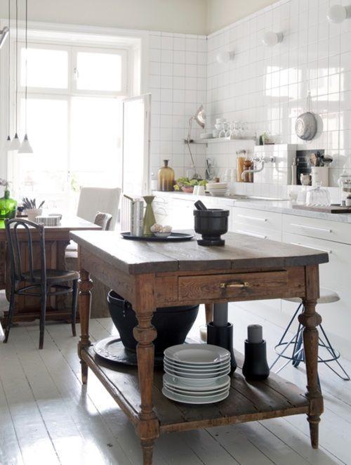 un'isola da cucina rustica vintage con molto spazio in una cucina neutra e moderna