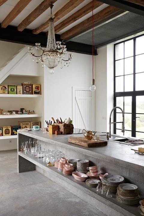 una cucina in cemento di grandi dimensioni con vano a giorno è un'idea moderna e audace