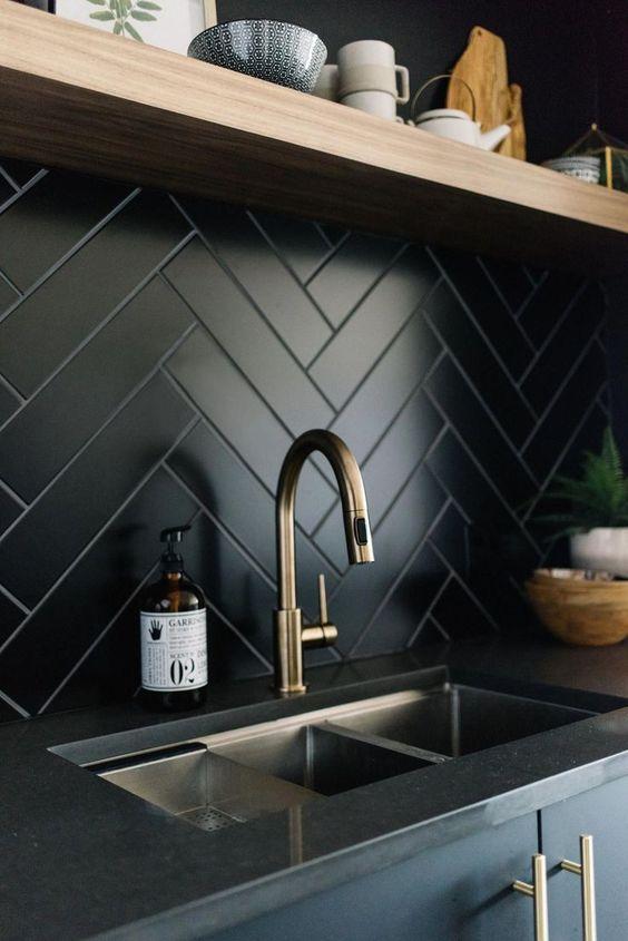 un backsplash a spina di pesce per cucina in piastrelle nere è un'idea chic per uno spazio moderno