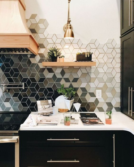 un backsplash di piastrelle da cucina con ombre geometriche rende audace una cucina monocromatica