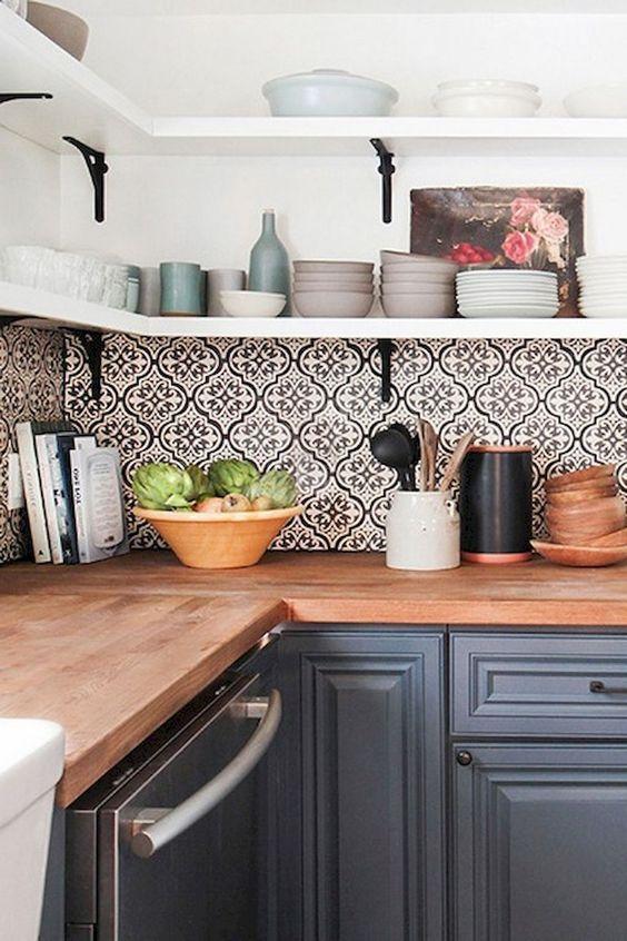 Il backsplash in piastrelle con motivi a mosaico audace porta interesse a questa semplice cucina grigia