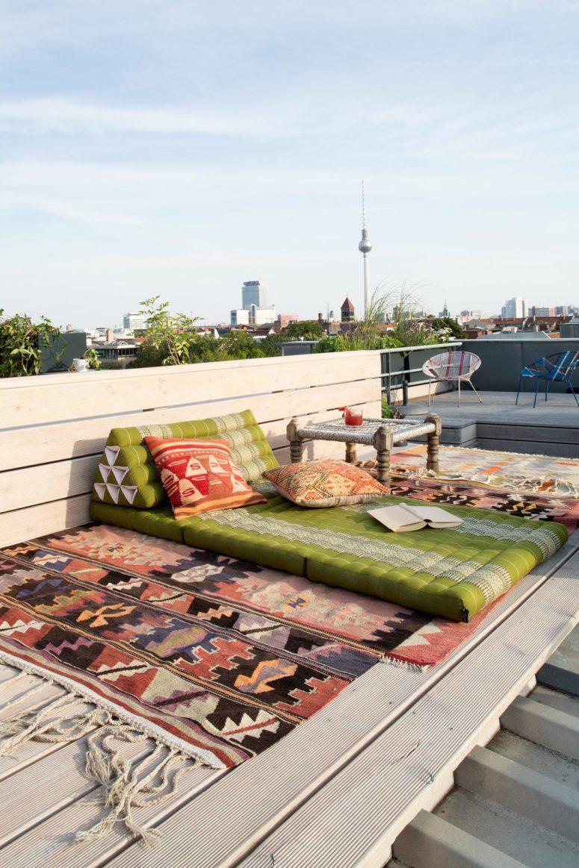 La terrazza dispone di uno spazio boho per il relax e di uno spazio per sedersi
