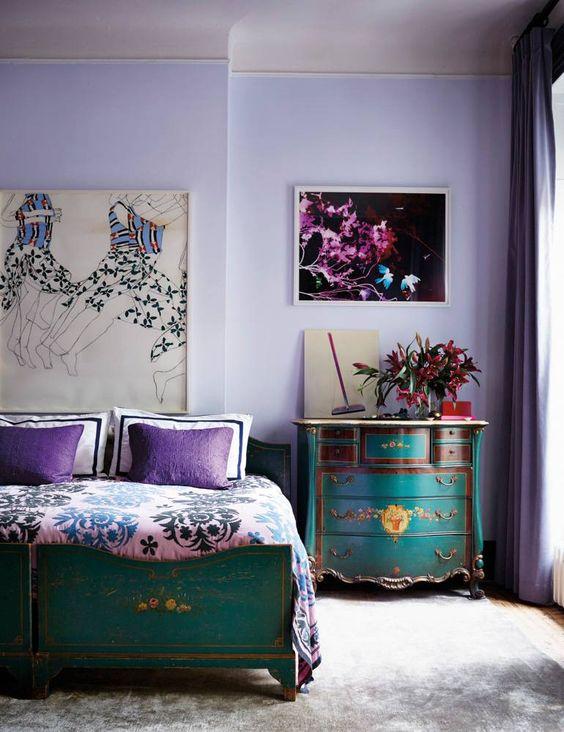 una camera da letto audace con pareti lilla, mobili turchesi e smeraldo e dettagli viola e rosa