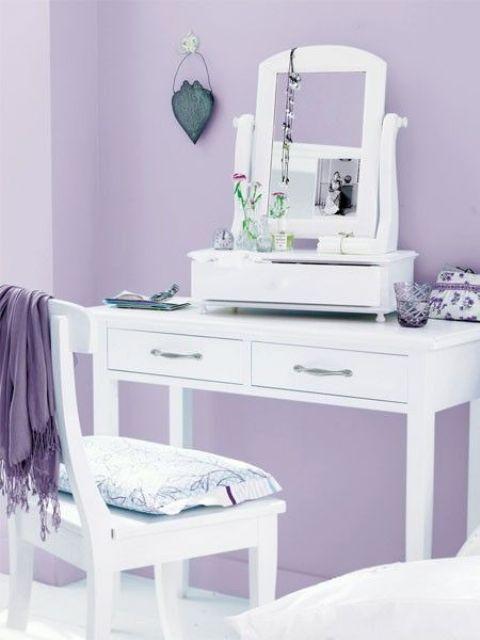 uno spogliatoio fatto in lilla e bianco è un'idea sofisticata con forti vibrazioni vintage
