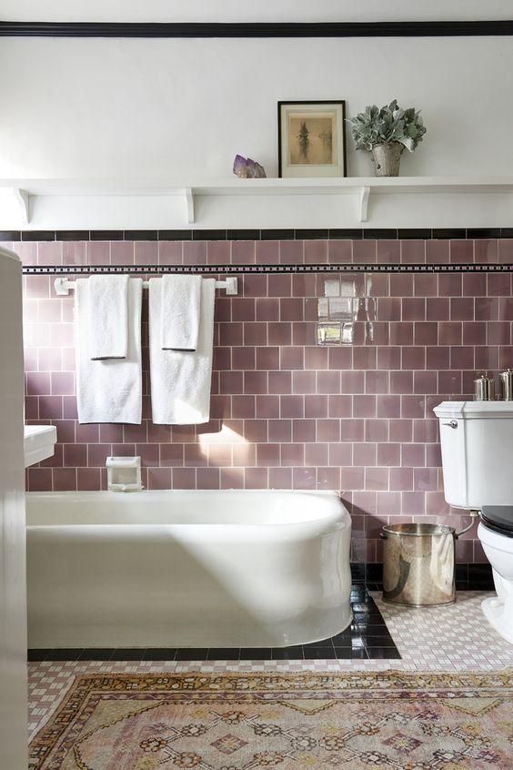 un bagno con piastrelle lilla sembra molto rilassante e accogliente, è un ottimo colore per il relax