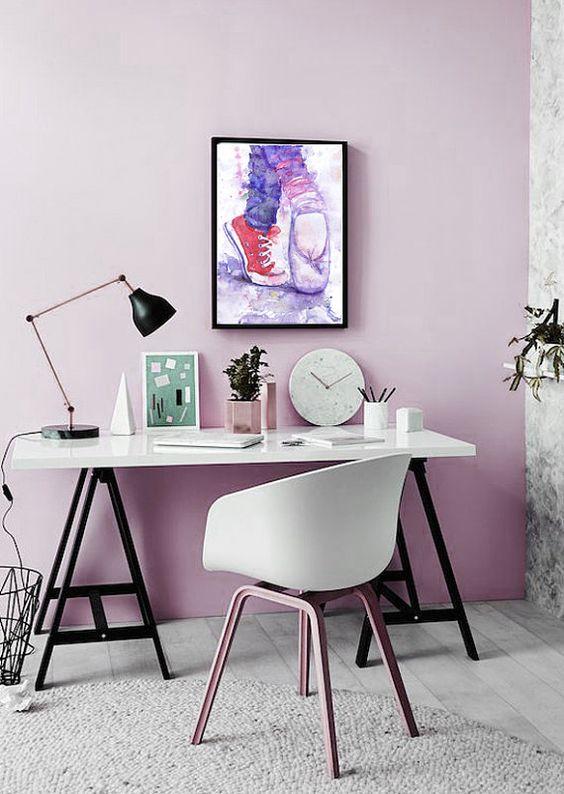 un muro di dichiarazione lilla è un'ottima idea di colore per uno spazio neutro, è un'alternativa fersh a un muro rosa