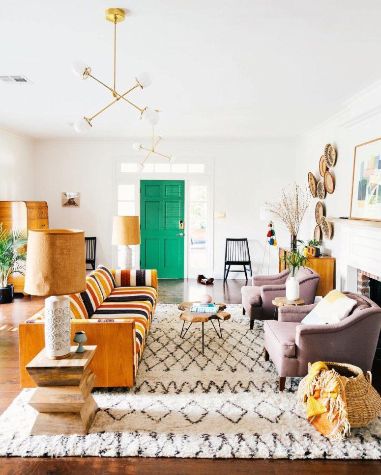 un luminoso soggiorno moderno della metà del secolo con un duo di sedie lilla che presentano colori tenui