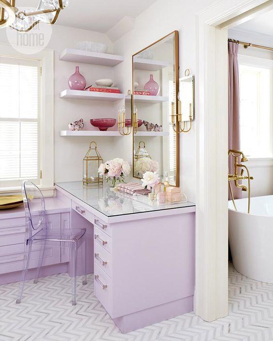 un grazioso armadio con mobili lilla e tocchi in ottone e oro è uno spazio da ragazzina incredibile