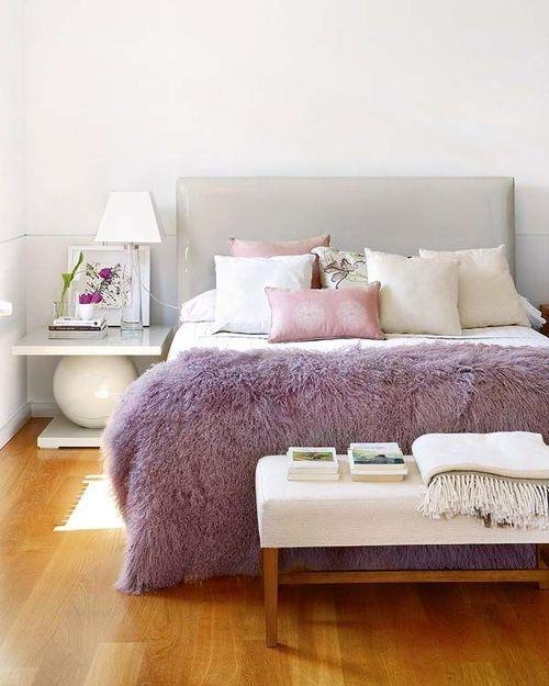 un plaid di pelliccia lilla è un accessorio chic per una camera da letto, dona colore allo spazio e può essere facilmente cambiato