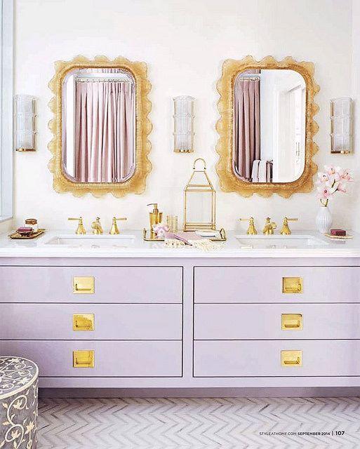 un doppio lavabo lilla e oro è un pezzo sorprendente e di tendenza per un bagno con un colore speciale