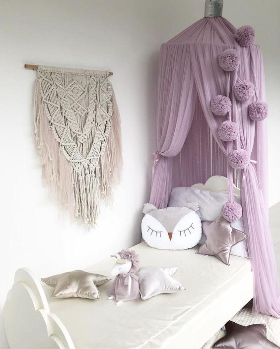 la camera da letto di una ragazza con un baldacchino lilla da sogno sopra la solleva a un nuovo livello