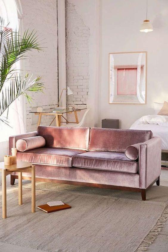 un divano in velluto lilla è una splendida dichiarazione di colore e tessuto per qualsiasi spazio, sembra lucido e luminoso