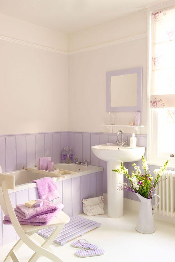 crea un bagno vintage da ragazza con legno lilla che copre anche le pareti e la vasca da bagno