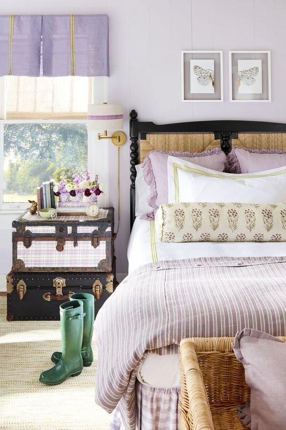 tende lilla, cuscini e una coperta sono accessori semplici e carini per la camera da letto di una donna