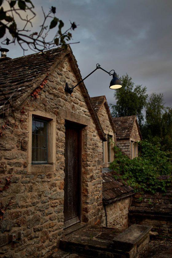 Lampe Gras è un'idea audace e moderna per qualsiasi spazio esterno e sembra molto contrastante
