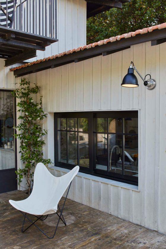 Una parete in legno può anche essere accentuata con una lampada GRAS