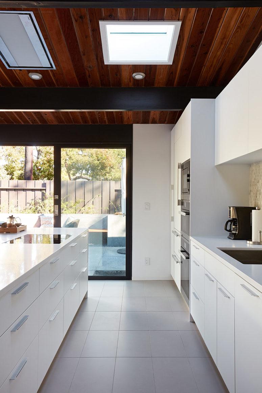 Una parete vetrata che può essere aperta e lucernari nel soffitto portano molta luce all'interno