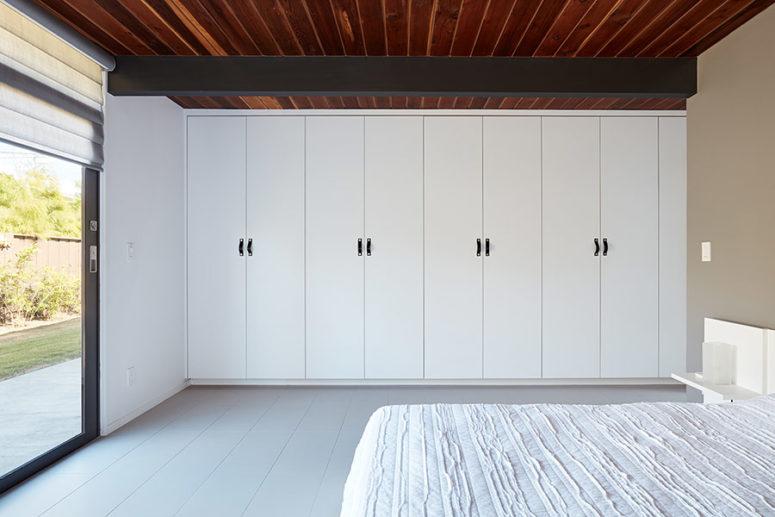 La camera da letto principale è molto laconica, è realizzata in bianco con un grande letto, alcuni armadi e comodini