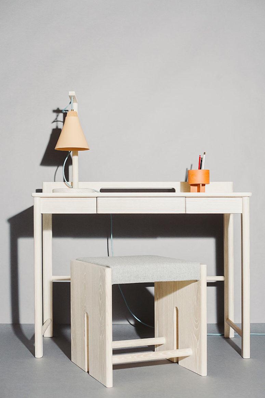 La scrivania e lo sgabello sono più minimalisti, con gli stessi angoli curvi sulla scrivania e un cassetto nascosto per la conservazione