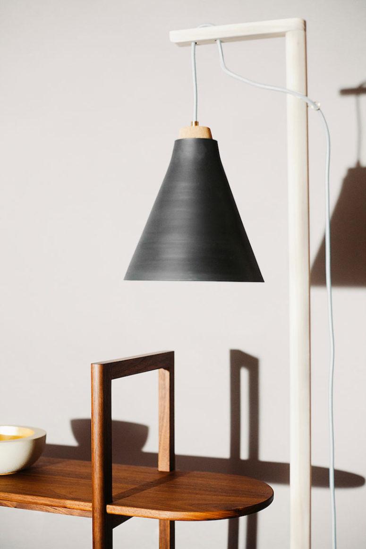 La lampada da terra o da tavolo della collezione è caratterizzata da un'estetica grezza e minimalista