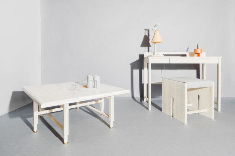 Il tavolino mostra un piano in pietra e quelle gambe in legno accattivanti con tocchi d'oro