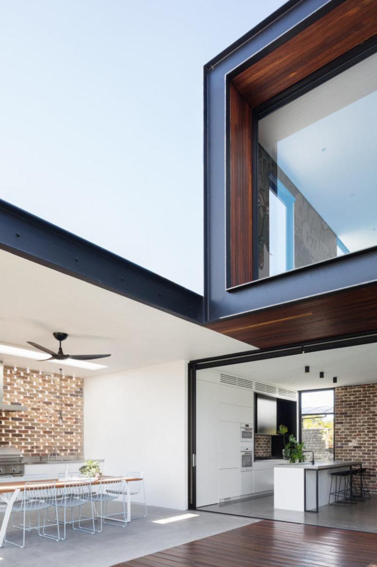 Il layout principale aperto è collegato all'esterno, una cucina all'aperto e una sala da pranzo
