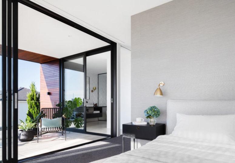 La camera da letto principale si apre su un ampio balcone e c'è un bagno en-suite