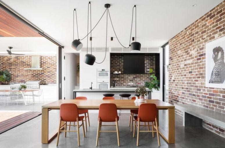 La cucina interna è realizzata con armadi bianchi, un cappuccio nero e una comoda isola della cucina