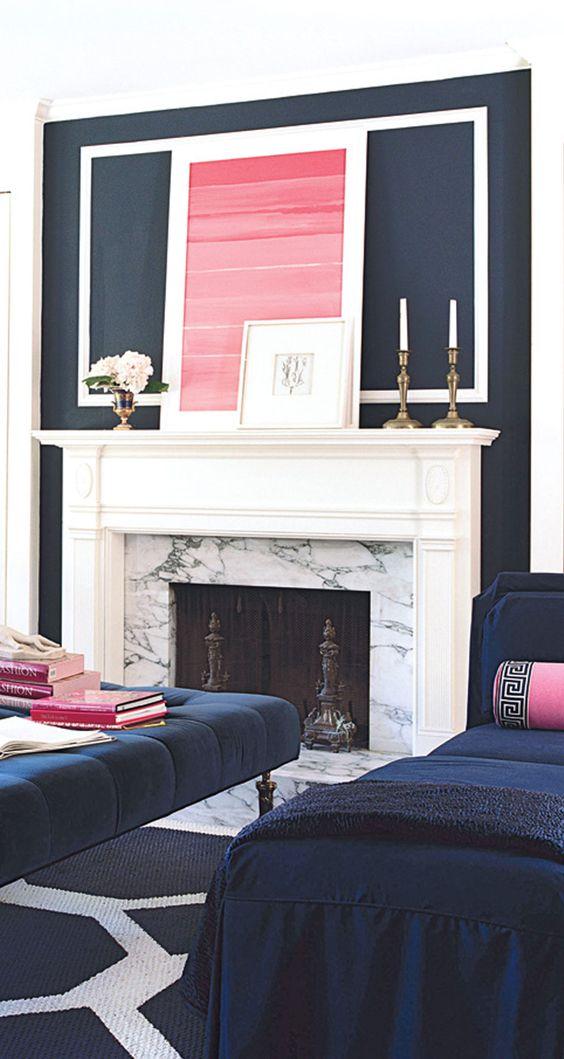un soggiorno blu scuro e bianco con tocchi di rosa caldo è un'idea brillante e sofisticata
