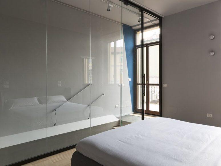 La camera da letto è separata dalle scale con grandi lastre di vetro