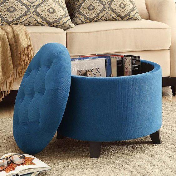 un pouf imbottito può fungere anche da tavolino da caffè ed è un'opzione intelligente per uno spazio contemporaneo