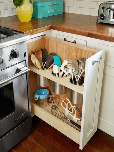 un cassetto portaoggetti estraibile che sfrutta lo spazio morto vicino alla cucina e ripone varie posate