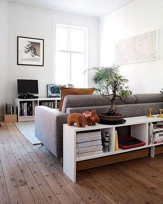 un'elegante consolle moderna con un sacco di spazio di archiviazione è una bella idea per un soggiorno moderno