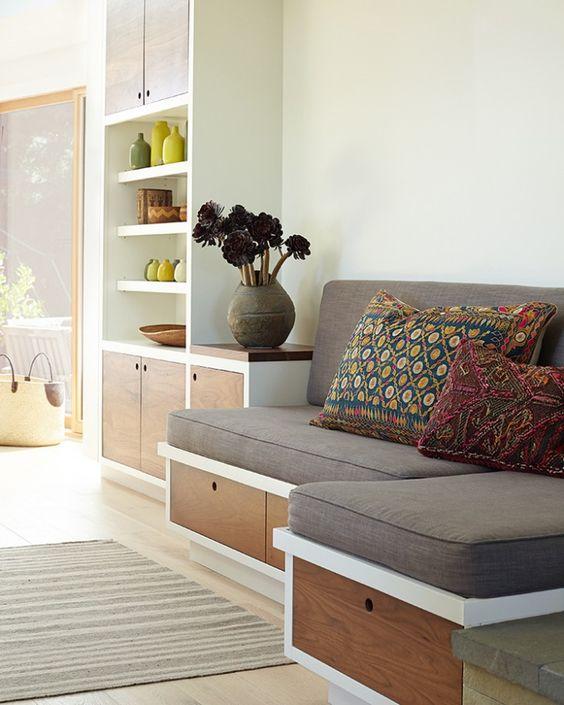 una seduta incorporata con cassetti portaoggetti è una bella idea per una cucina, è un angolo per la colazione pronto con ripostiglio