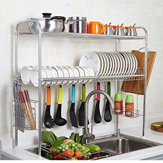 uno scaffale elegante e comodo sopra il lavandino con piatti, tazze, pentole e cucchiai è un'idea intelligente