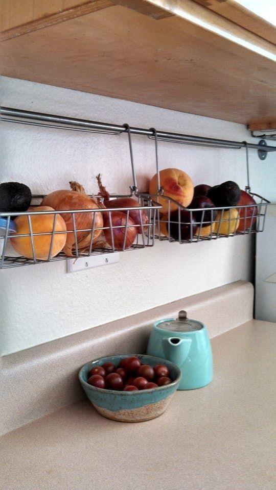 conservare alcuni frutti in cassetti sospesi, che possono essere utilizzati anche per tazze e altre cose