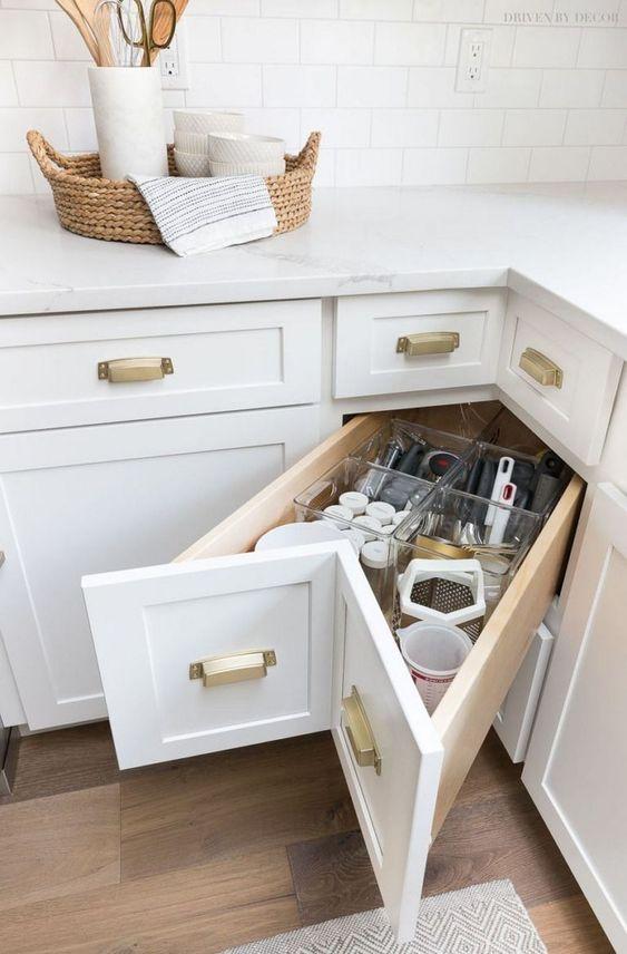 un cassetto portaoggetti nell'angolo è una bella idea per usare quello spazio scomodo che spesso è inutilizzato