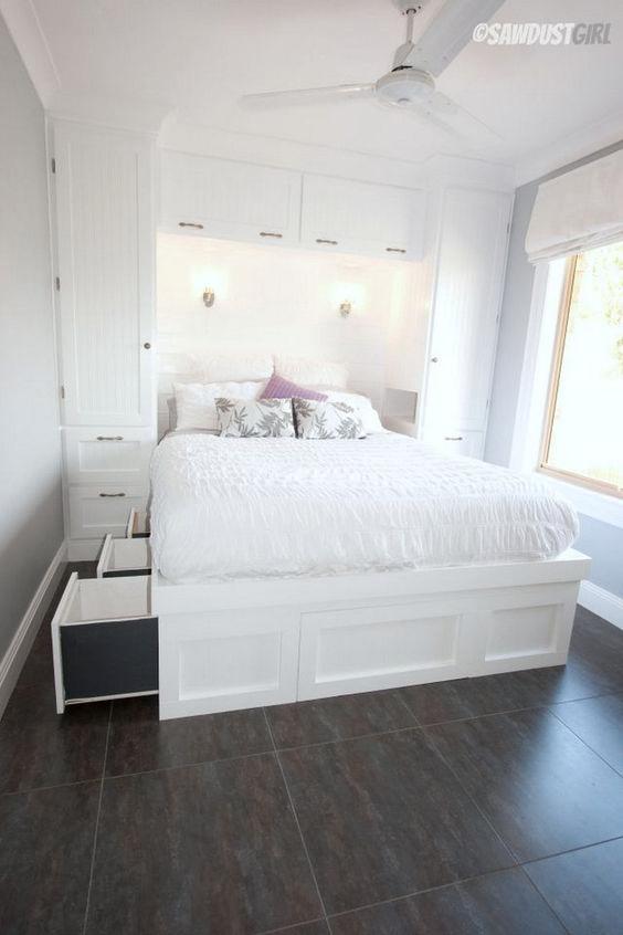 un letto con tanti cassetti portaoggetti è un'idea geniale che è completamente nascosta