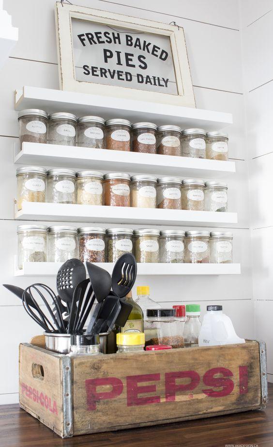 I ripiani IKEA Ribba trasformati in un portaspezie ti faranno risparmiare molto spazio mantenendo la tua cucina organizzata