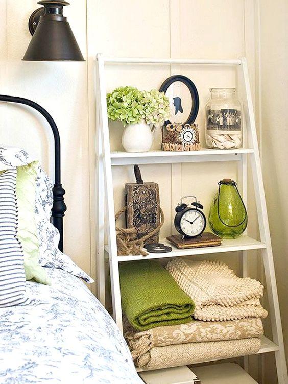 una scala vicino al tuo letto può facilmente sostituire un normale comodino e occuperà meno spazio