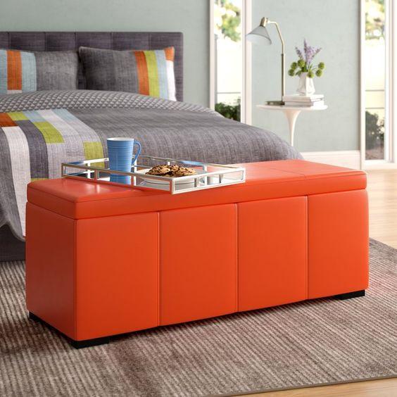 un pouf luminoso elegante e moderno con uno spazio di archiviazione può essere utilizzato anche in una camera da letto