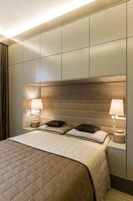 cassetti eleganti su tutto il letto e accanto ad esso per un look chic, minimalista e ordinato