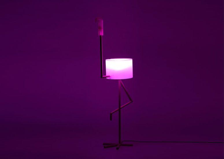 Una lampada, un tavolo e un mobiletto del genere sono un'idea di lampada molto divertente e interessante