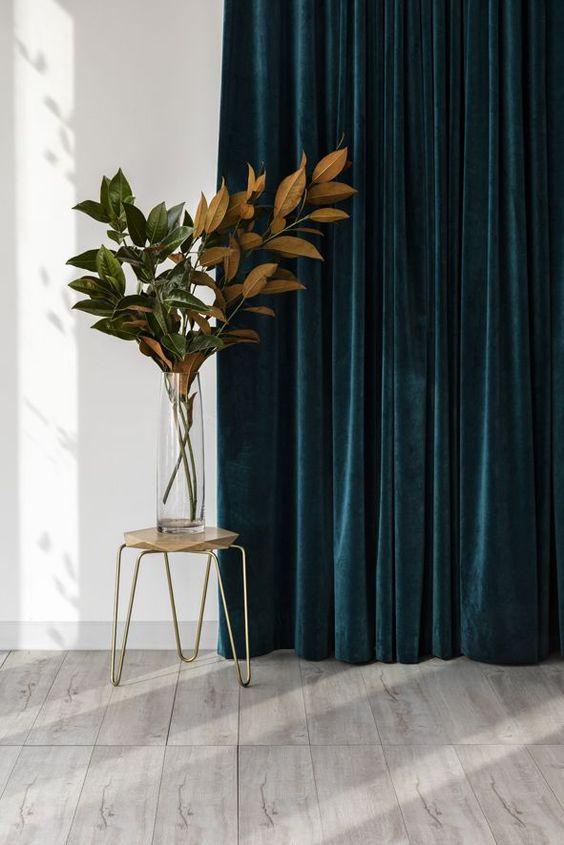 drappi di velluto in un colore così audace, verde acqua, aggiungeranno non solo consistenza ma anche molto colore allo spazio