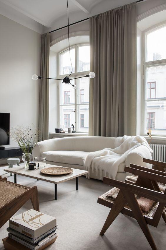tende grigie qui evidenziano lo spazio e aggiungono consistenza e intimità all'arredamento del soggiorno