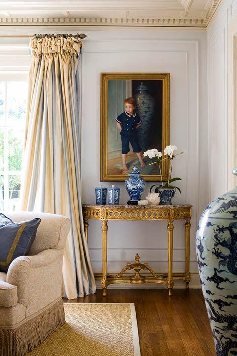 tende a righe si aggiungono al soggiorno e ne evidenziano la combinazione di colori, blu e giallo
