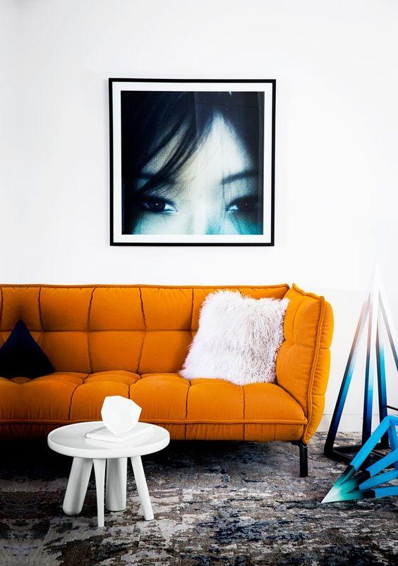 un moderno divano arancione fa una dichiarazione con la sua forma accattivante e il colore e la consistenza audaci