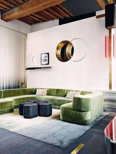 questo divano verde fa una dichiarazione non solo con la consistenza ma anche con il suo colore e la forma unica