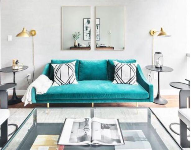 un divano in pelle scamosciata turchese fa una dichiarazione colorata e un accento audace nel soggiorno